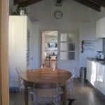 cucina abitabile con travi e capriate a vista